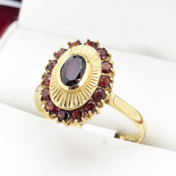 Very nice old 18ct quality 1970's Vintage Garnet ring, with an Oval starburst engraved pattern as a feature