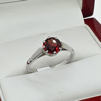 Very lovely handmade vintage Garnet solitaire ring, set in 9ct gold.