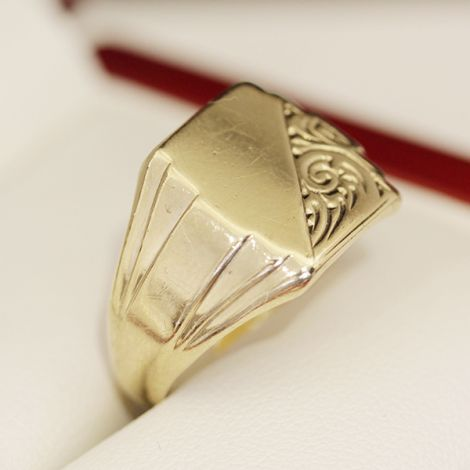 Men's vintage 1960s classic gold signet ring, with engraving detail