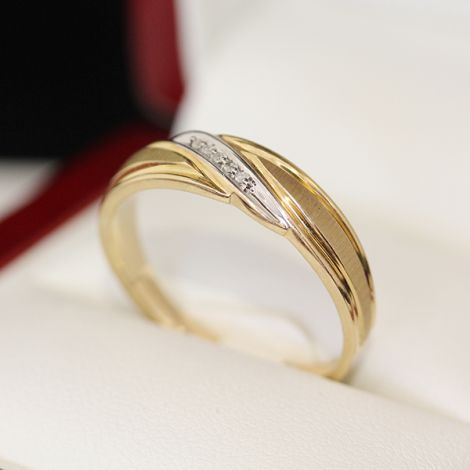 Mens vintage gold ring with florentine finish and single-cut Diamond